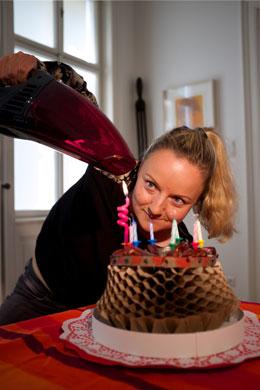 Bild Kirstin Schwab sitzt auf dem Sarg und feiert Geburtstag
